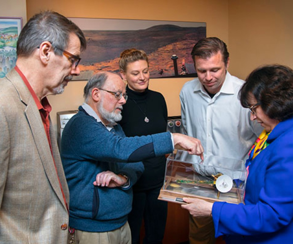 Pollack receives Cassini model as inauguration gift